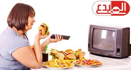 دراسة: مشاهدو التليفزيون أثناء تناول العشاء أكثر عرضة للسمنة بمعدل 40%