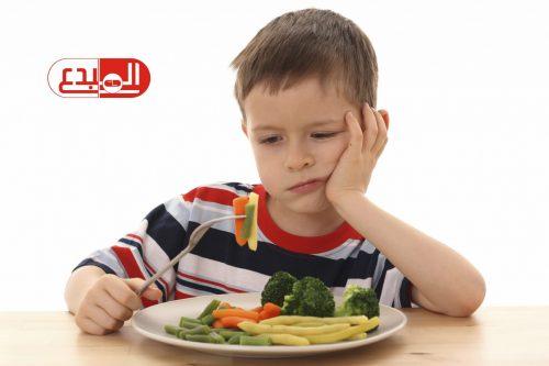 بالذكاء والهدوء .. 10 حيل تجعل طفلك يحب الأكل