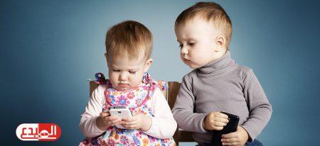 دراسة: ارتفاع وقت لعب الأطفال على الموبايل والتابلت إلى 5 ساعات يوميا