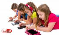 """دراسة بريطانية: شاشات """"اللمس"""" الموبايل أو الكمبيوتر تسبب أضرارا لعظام طفلك"""