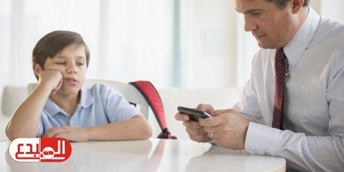 دراسة تحذر: إدمان الأب والأم للهواتف المحمولة سبب سوء سلوك الأطفال